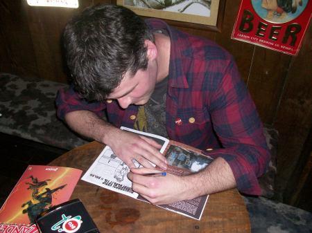 Marco Paraja firmando mi ejemplar de Zander Magazine